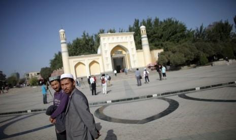 muslim-etnis-uighur-berjalan-di-depan-sebuah-masjid-di-_140710153909-279