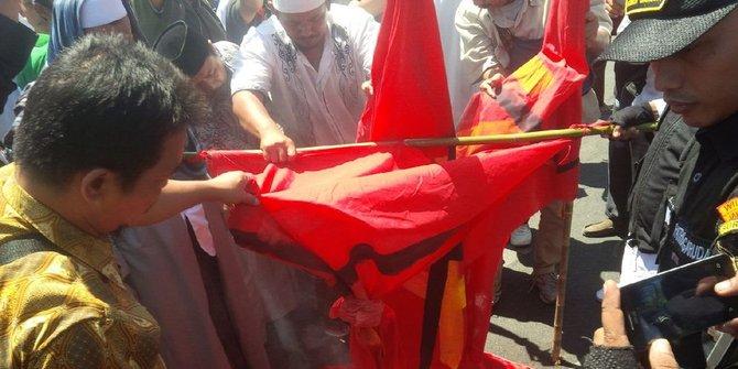 karnaval-hut-ri-di-pamekasan-peserta-kedapatan-bawa-atribut-pki-rev1